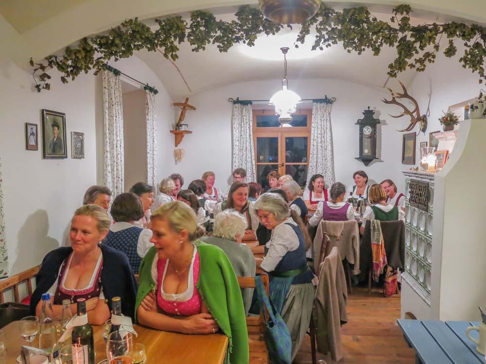Trachtlerinnen der Trachtenvereine D'Achentaler undD'Rechlberger aus Ober- und unterwössen zu Gast beim Schmiedbräu.